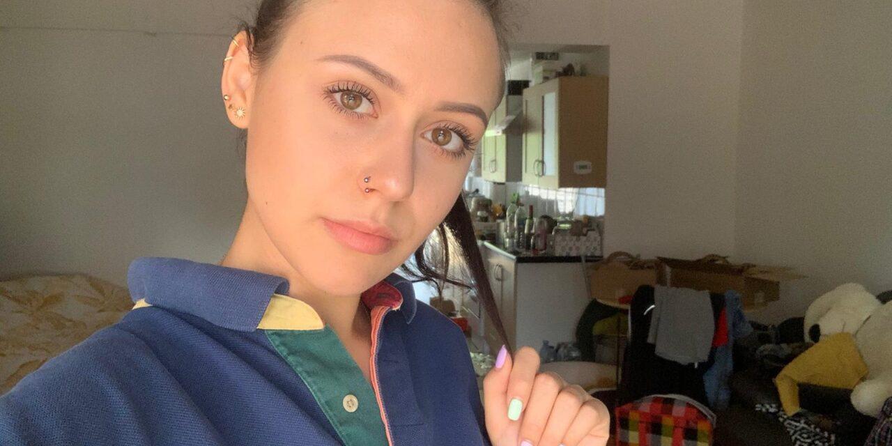 Alexandra merge cu autobuzul la facultate [VIDEO]
